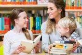 Fotografie Učitel s její třídy, návštěvy knihovny, čtení knih pro vzdělávání
