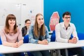 Fotografie Studenti v cvičné poslouchal pozorně sedět na lavičkách