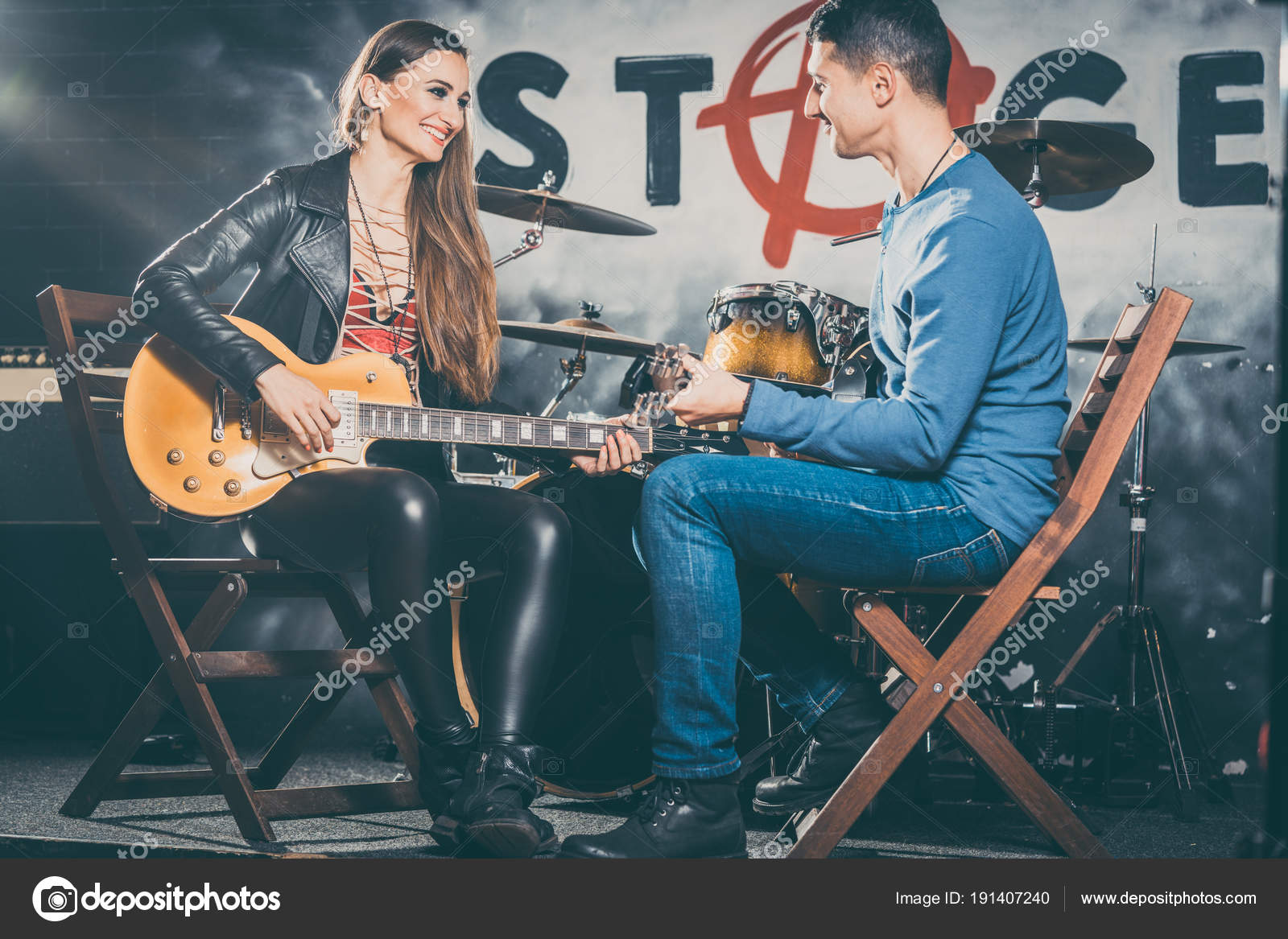 Woman taking guitar lessons with music teacher — Stock Photo