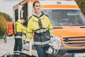 Photo Paramedic nurse and emergency doctor at ambulance