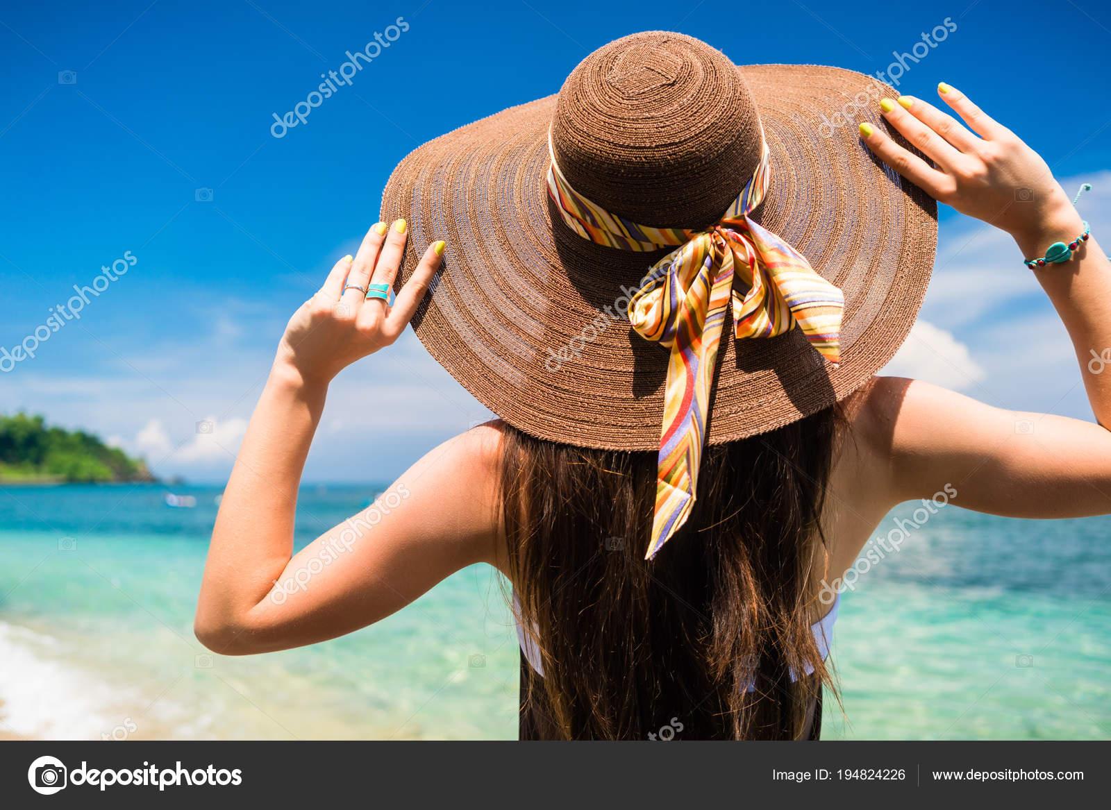 Mujer Vacaciones Verano Con Sombrero Paja Vestido Para Playa Disfrutando —  Foto de Stock 60db23ba4b9d