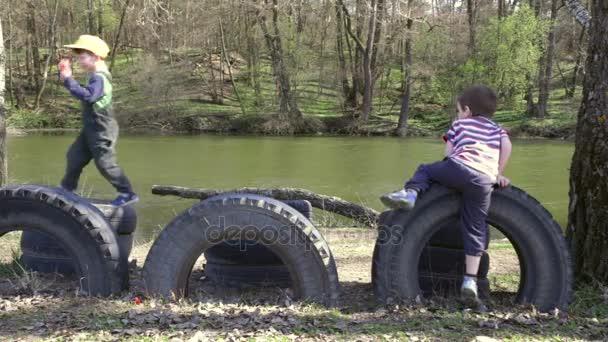 Klettergerüst Aus Reifen : Zwei kinder zusammen zu spielen springen und klettern auf reifen