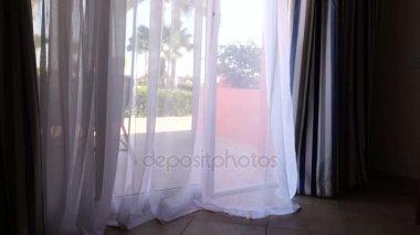 Gordijn Voor Deur : Kijk op de mooie roze huis met bloempotten en gordijn op deur in