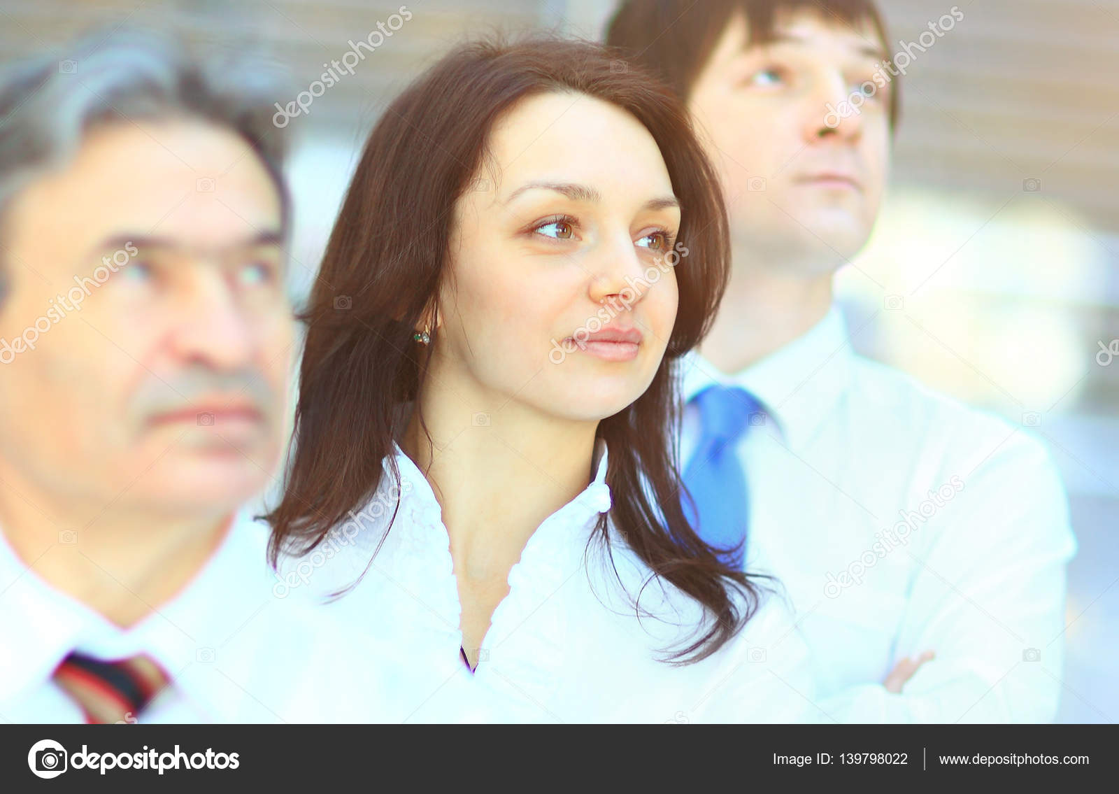Группа успешных деловых людей работающих вместе время встречи зале.