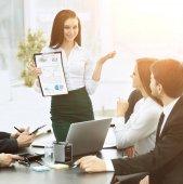 úspěšný obchodní tým diskutuje plán práce na