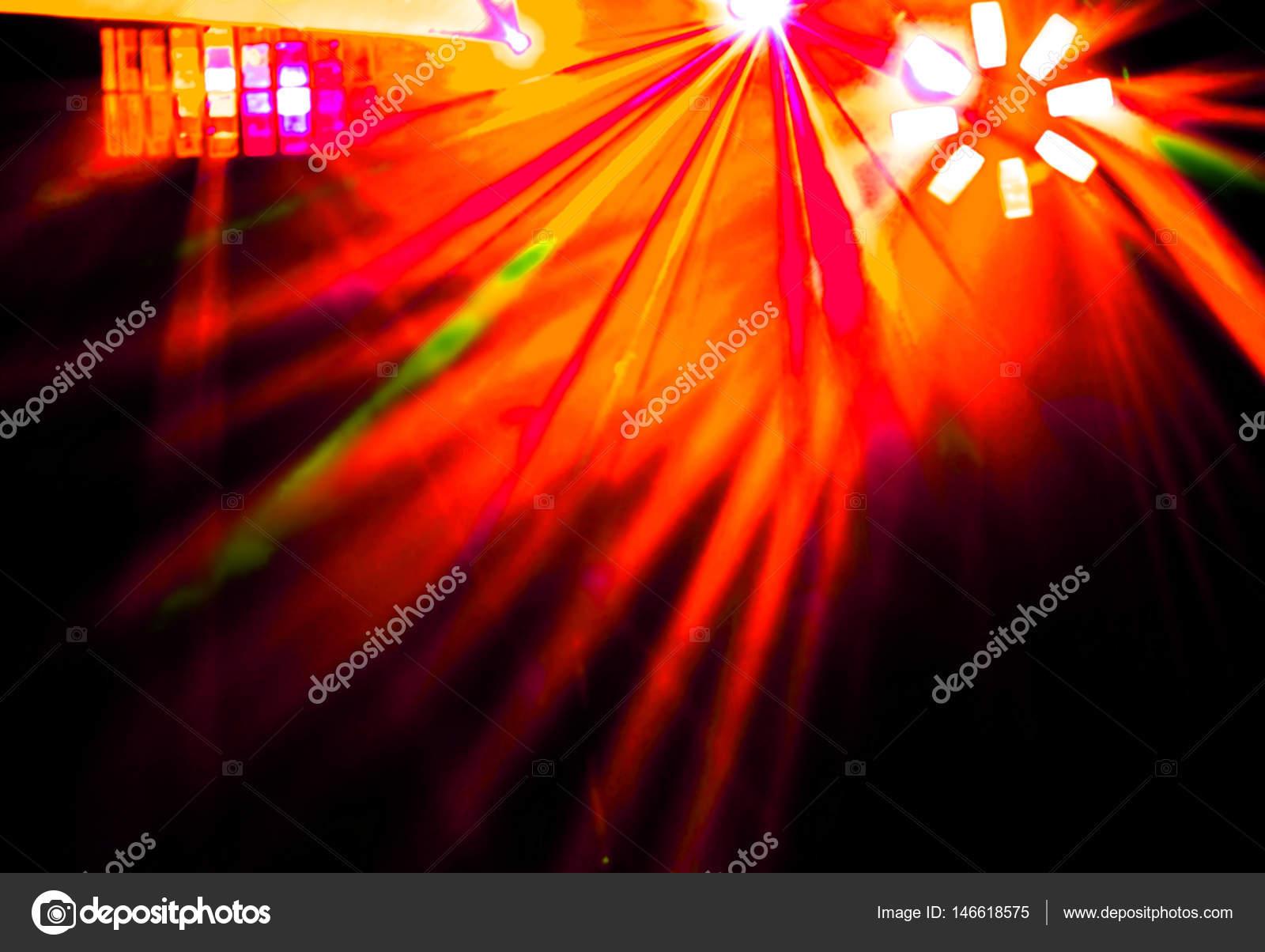 Illuminazione discoteca con fasci luminosi di searchlight e laser