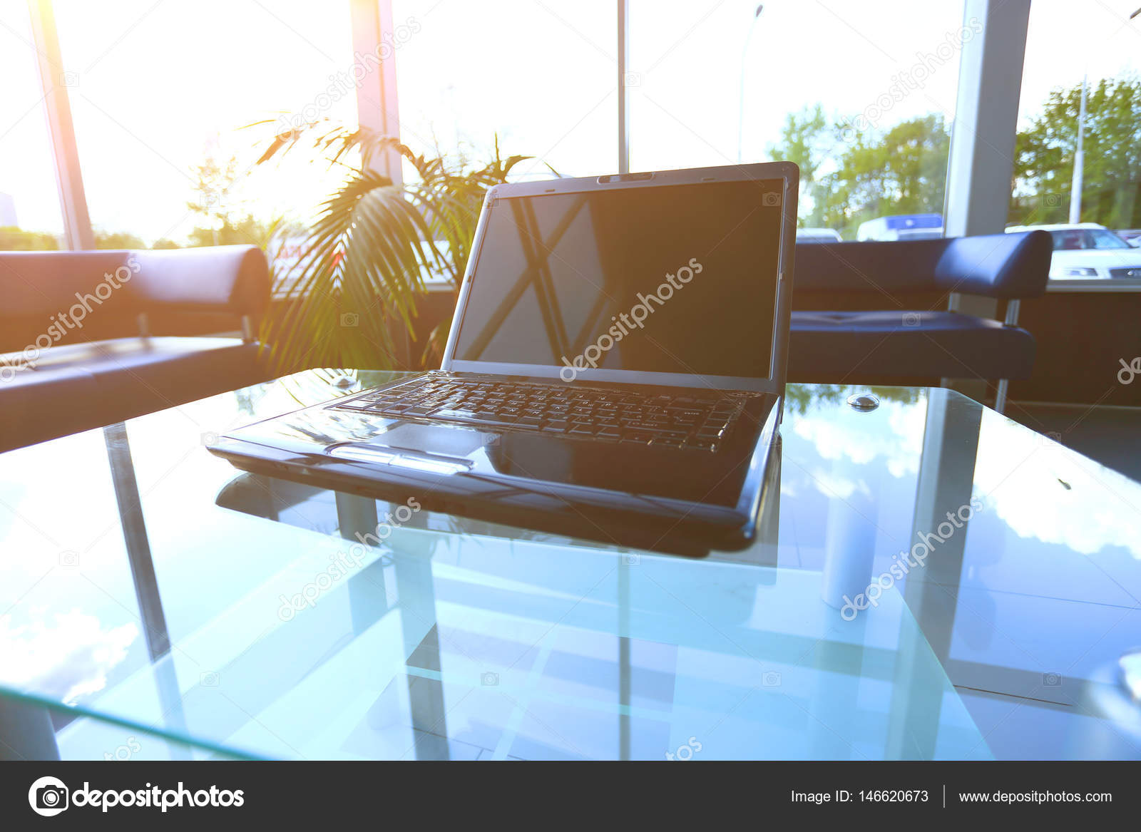 Bureau d un ordinateur de bureau moderne avec un ordinateur