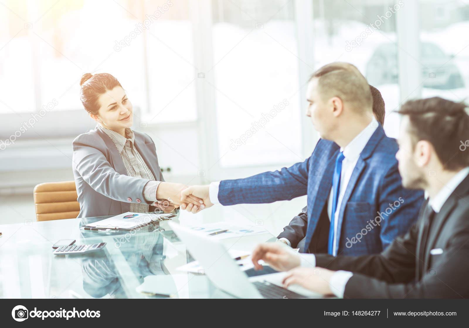 AuBergewohnlich Handshake Ein Manager Und Ein Kunde Am Schalter In Der Upgegradet Foto Hat  Einen Leeren Raum Für Ihren Text U2014 Foto Von Albertyurolaits