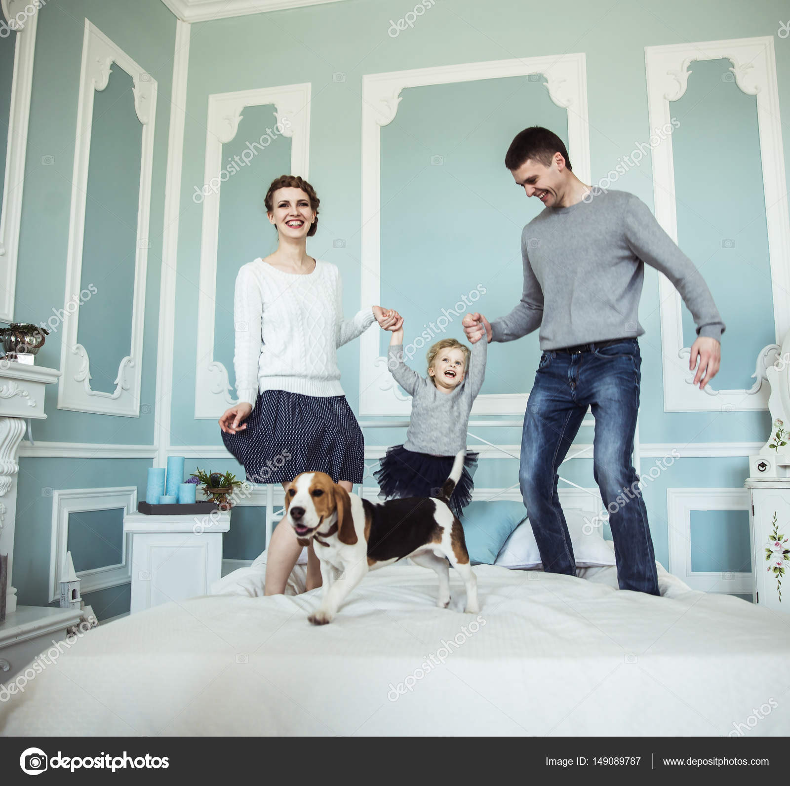 concept van de familie geluk: liefdevolle ouders spelen met baby ...