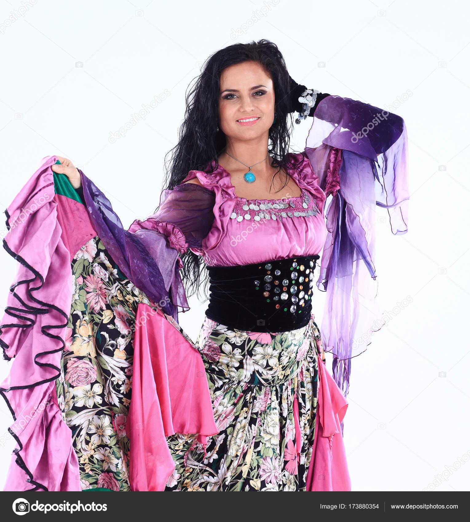 Retrato de una hermosa bailarina gitana realiza el baile sobre un ...