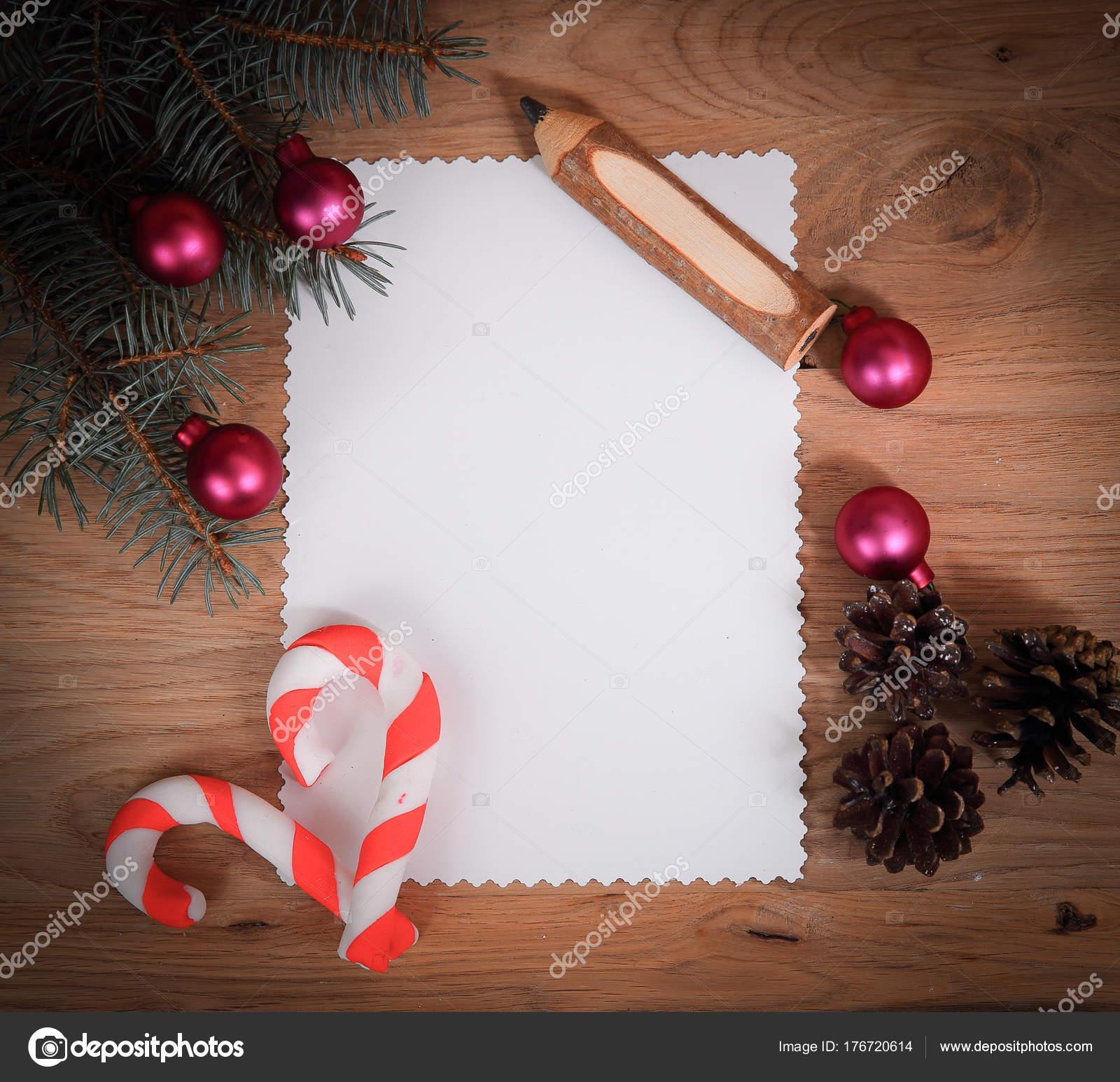 leere Weihnachtskarte, Tannenzapfen und Bleistift auf hölzernen ...