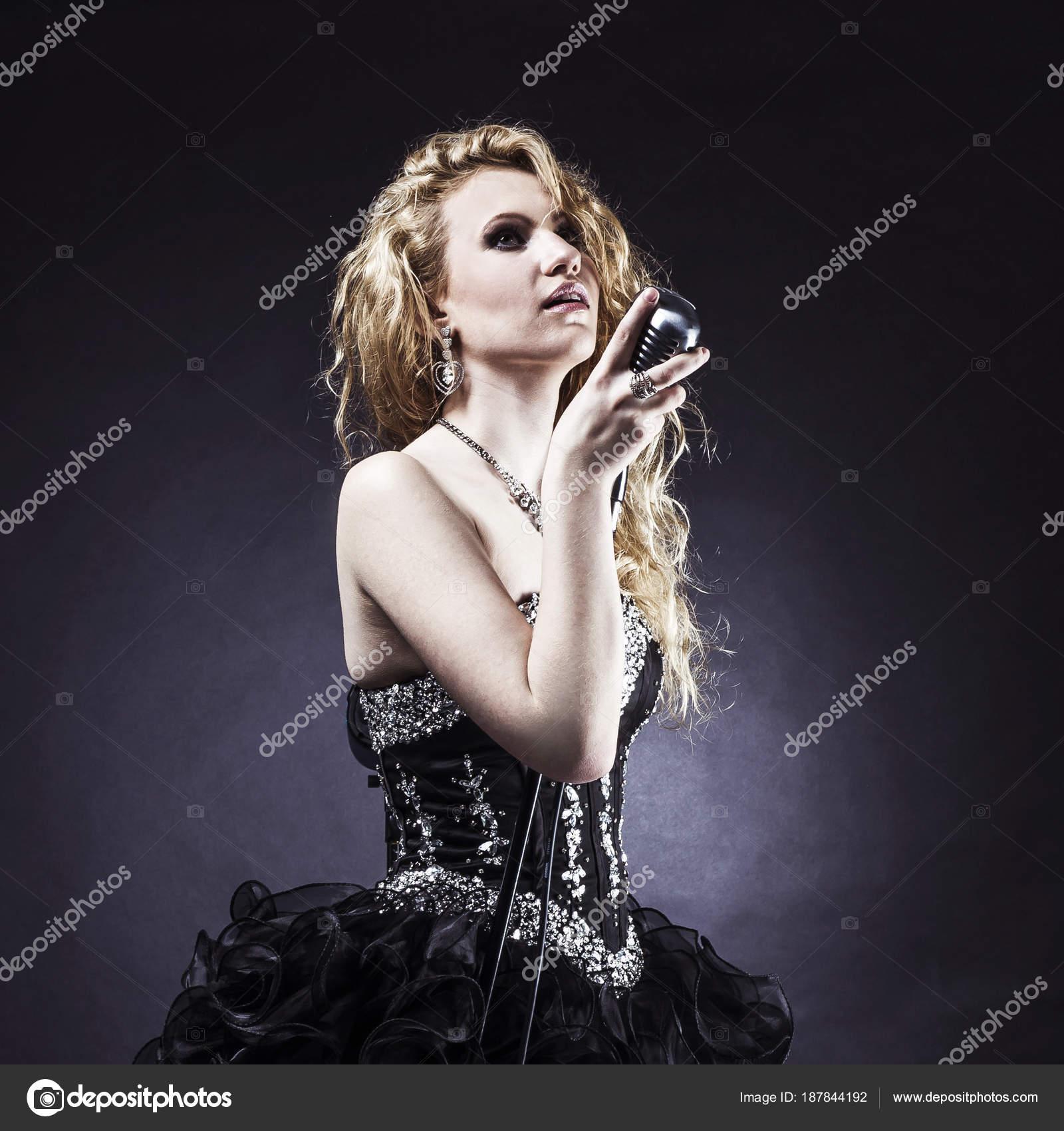Cantante capelli lunghi scuri