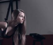 Zavřete up.a věří, že žena provádí cvičení s činkami