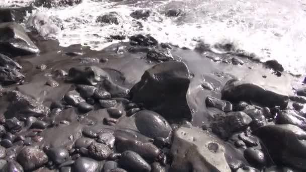 Vlny na kamenité pláži