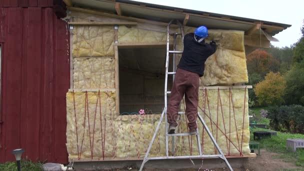 Beliebt Arbeiter, die Dämmung mit Steinwolle Holzhaus Wand — Stockvideo PE87