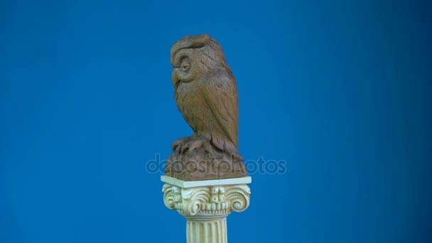 Sculpture chouette en bois tournant sur le modèle de colonne antique — Vidéo alisbalb2 © #151504252