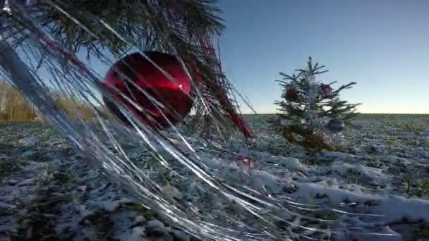 Vánoční stromeček jedle s ozdobami na hřišti, 4k