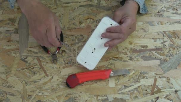 Elektrikář hledá nové bílé socket