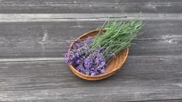 květiny čerstvé levandule v proutěném koši na starý dřevěný zahradní stůl pozadí