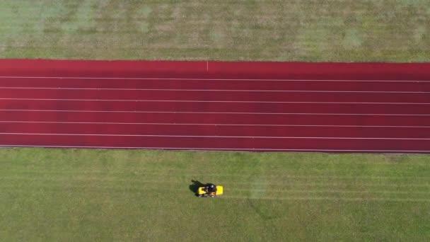 Fűnyíró kaszáló stadion zöld fű, légi kilátás