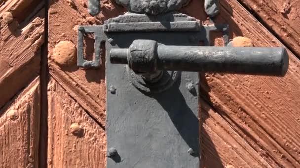 Antik fa ajtó dekoratív fém fogantyúval
