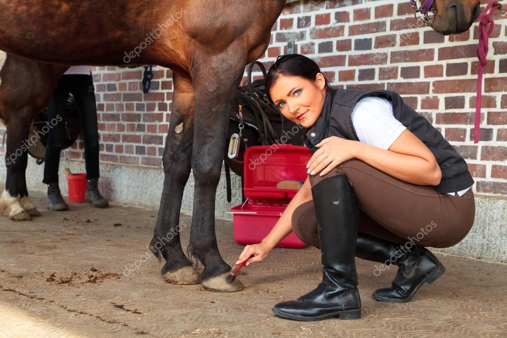 Junge Frau mit ihrem Pferd — Stockfoto © nullplus #136825584