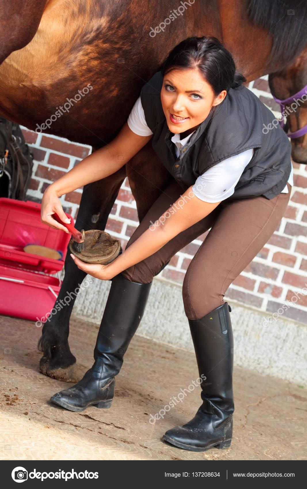 selezione premium vendita uk New York Fotografie: di donne in zoccoli | Giovane donna che pulisce ...