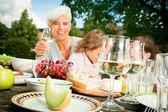 Babi a jejich vnoučata mají piknik