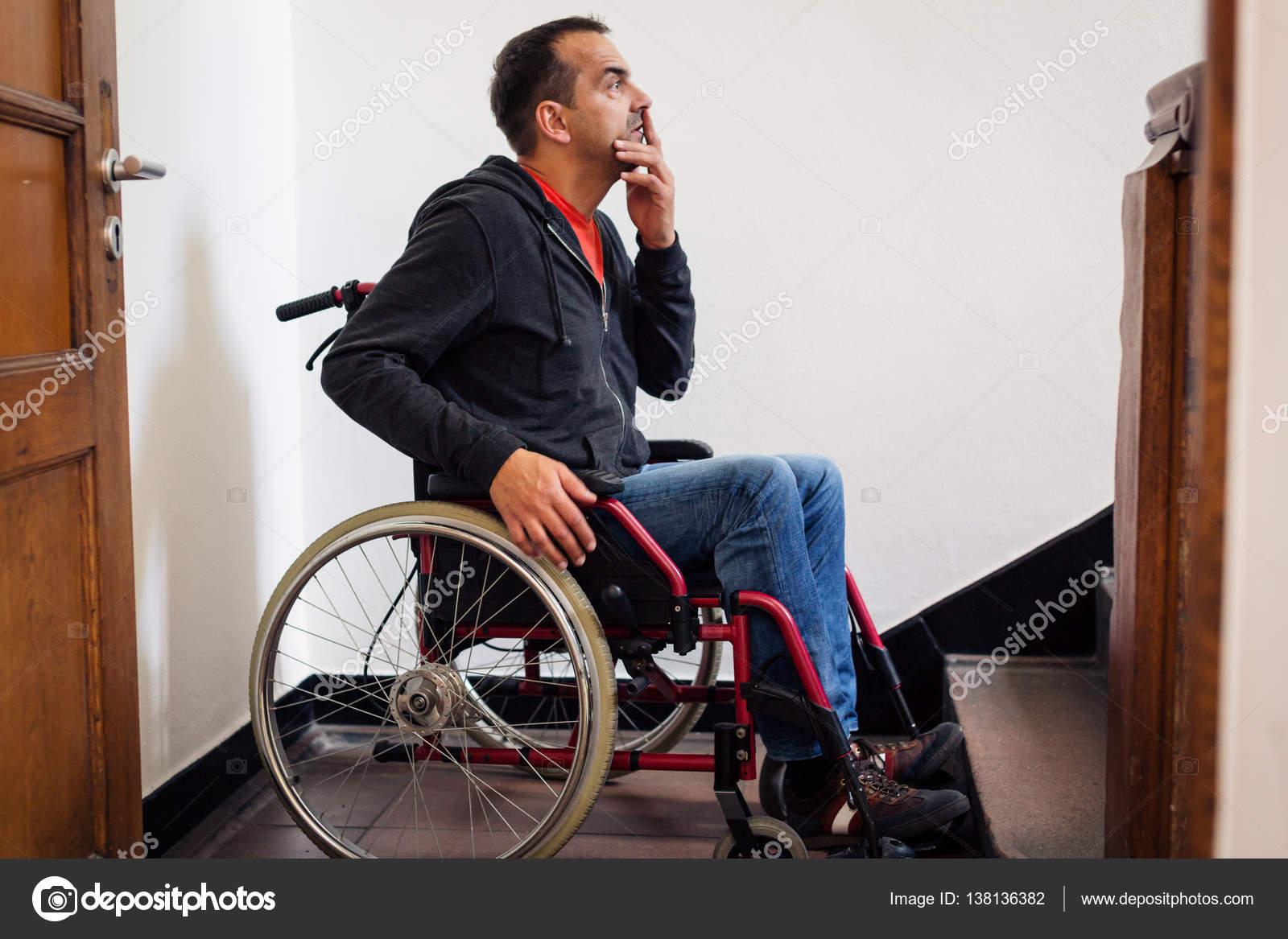 Sedie A Rotelle Per Scale : Uomo in sedia a rotelle avendo problemi con le scale u foto stock