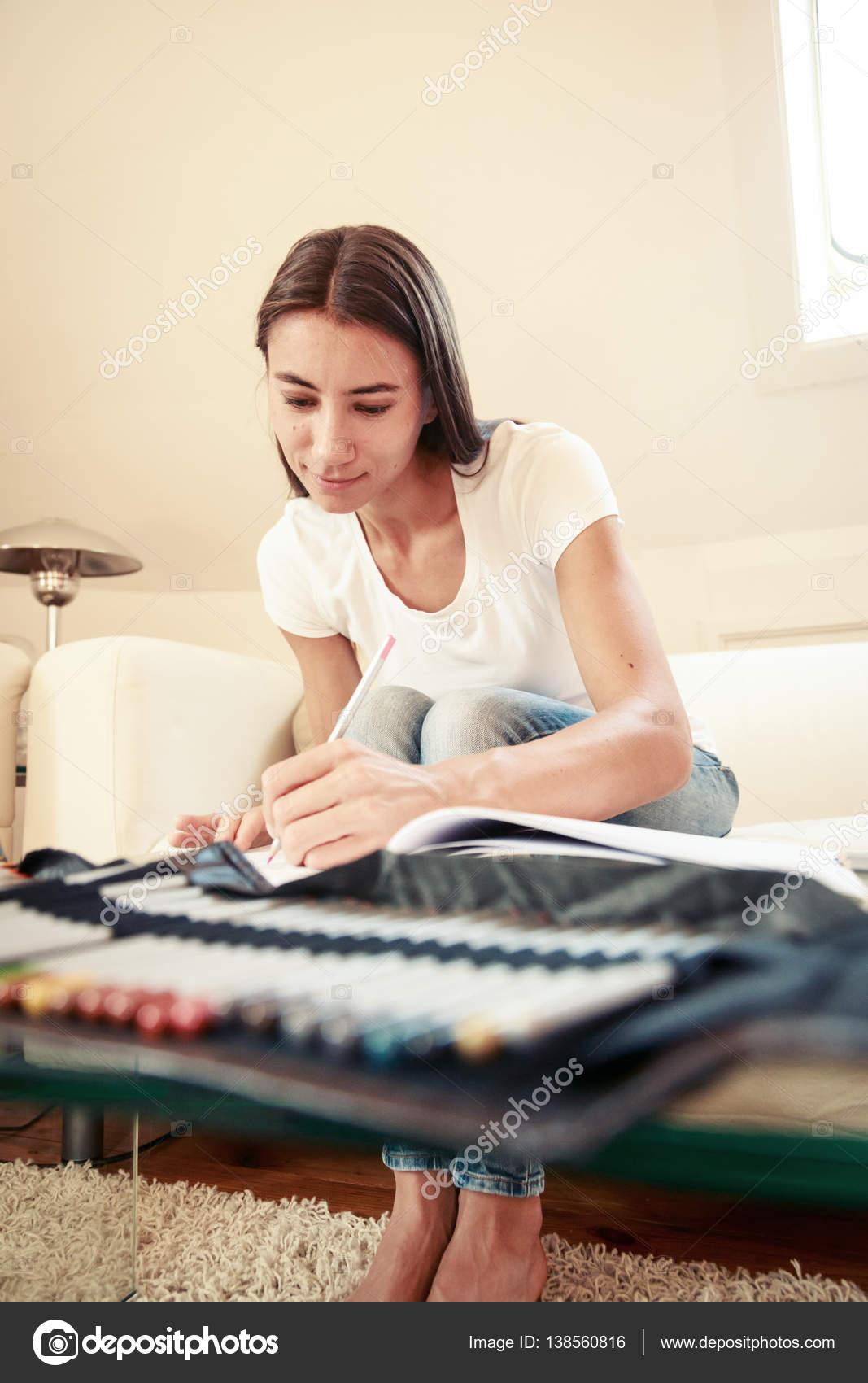 Giovane donna sul divano disegno nel libro da colorare for Divano disegno