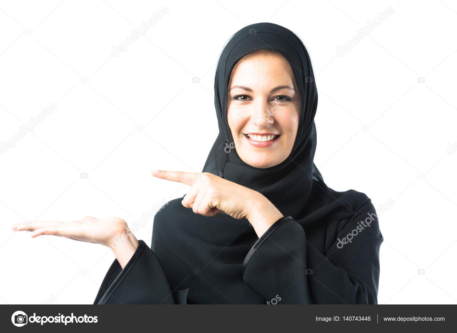 6a5b3dd46 Imágenes: ropa arabe de mujer   mujer joven, usando ropa árabe ...