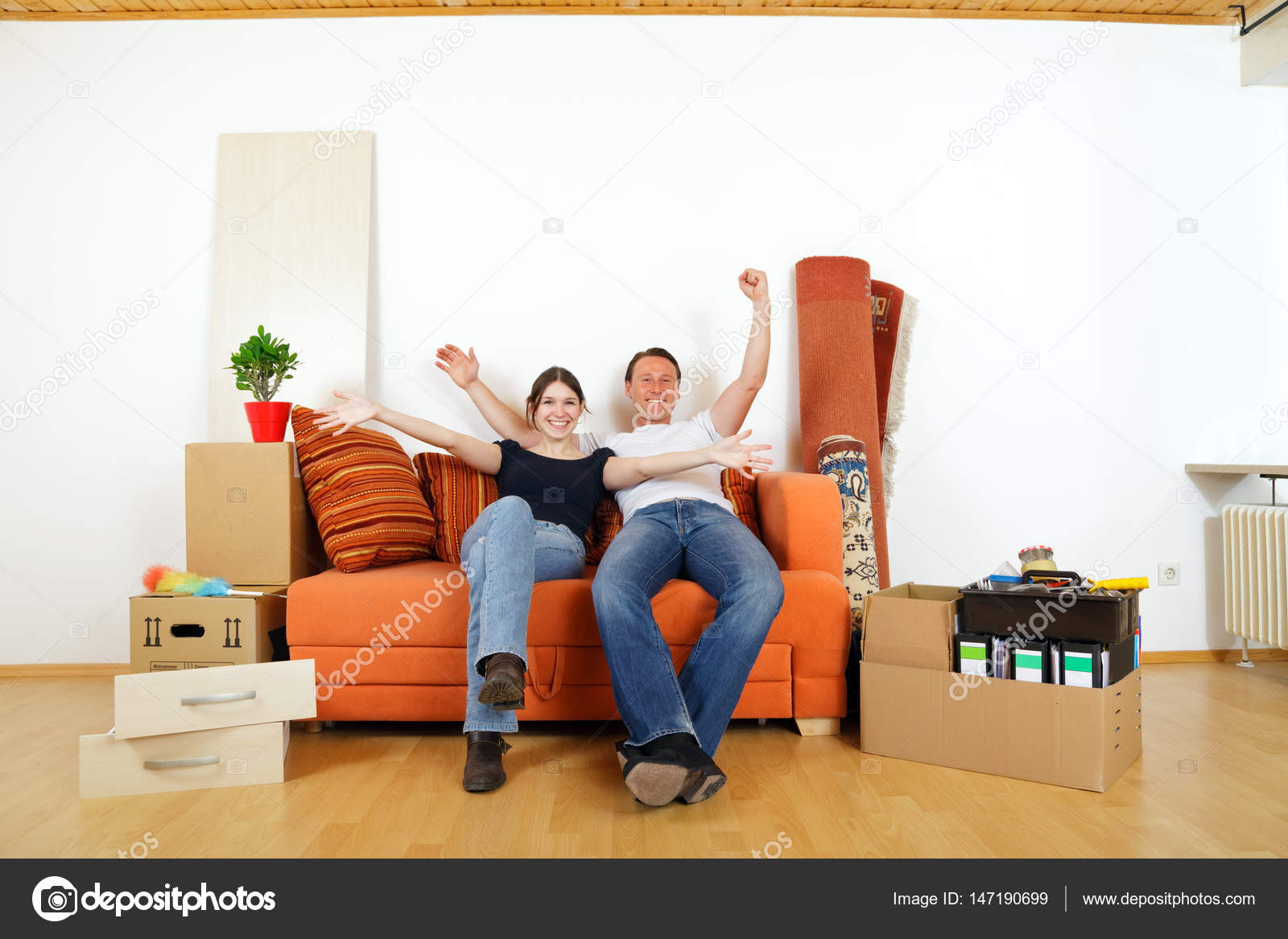 Perfect Jeune Couple Emménager Dans Leur Nouvel Appartementu2013 Images De Stock Libres  De Droits