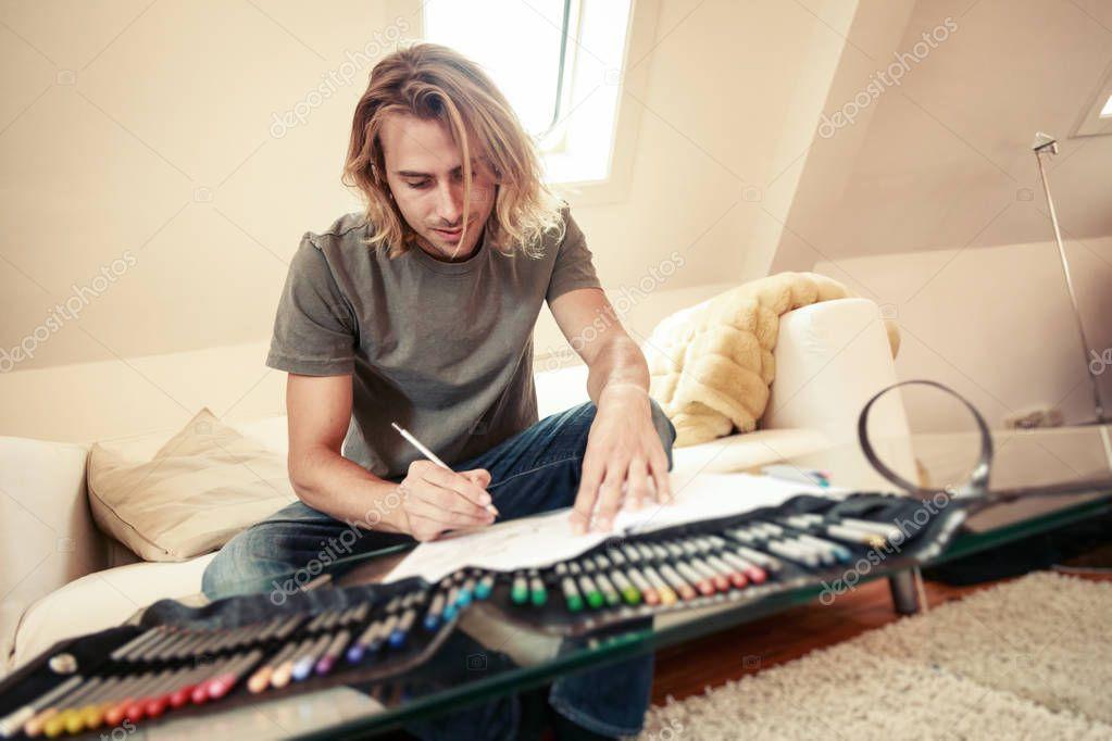 Giovane uomo sul divano disegno nel libro da colorare for Divano disegno