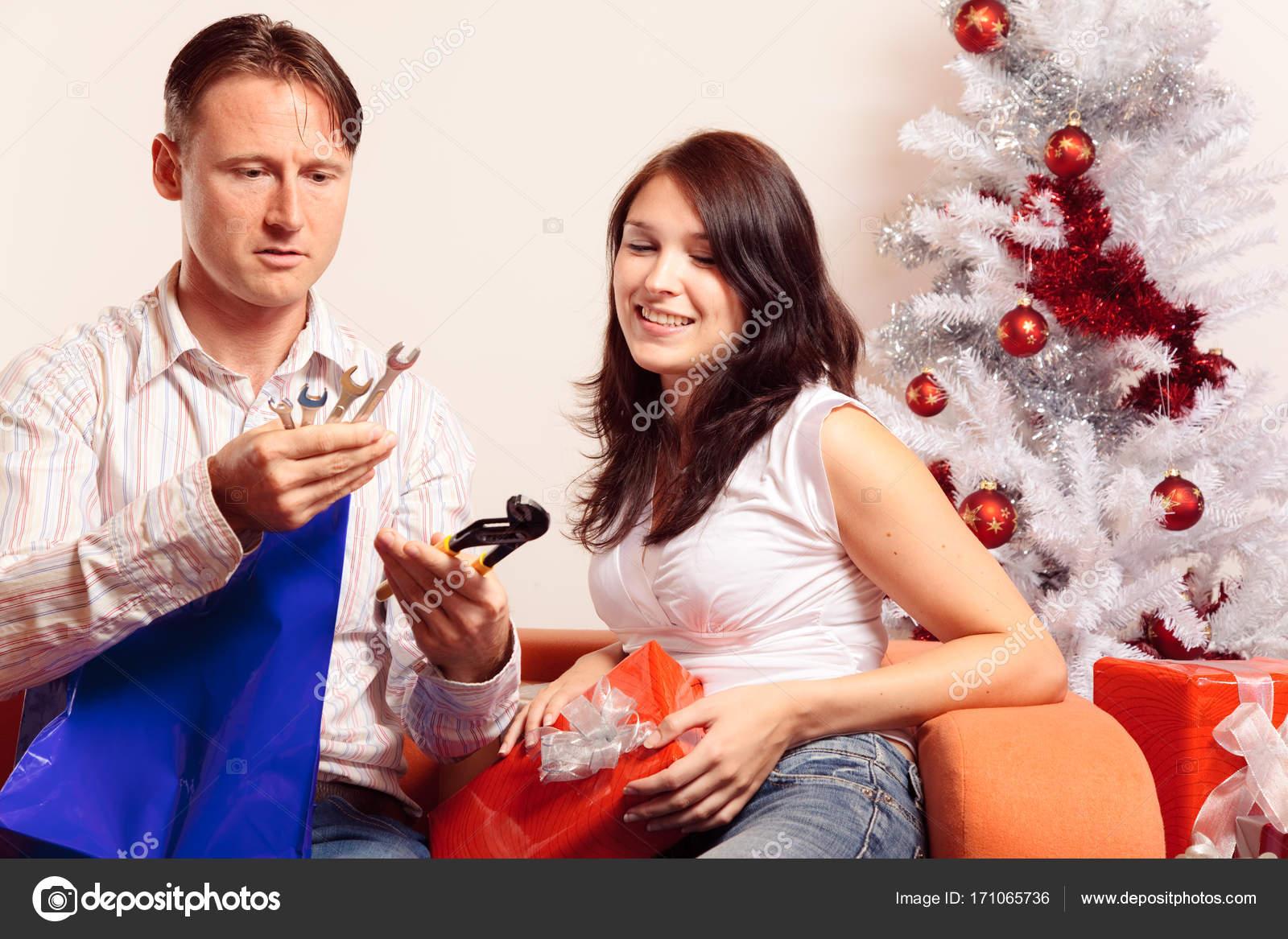 Junges Paar Austausch von Weihnachtsgeschenke — Stockfoto © nullplus ...