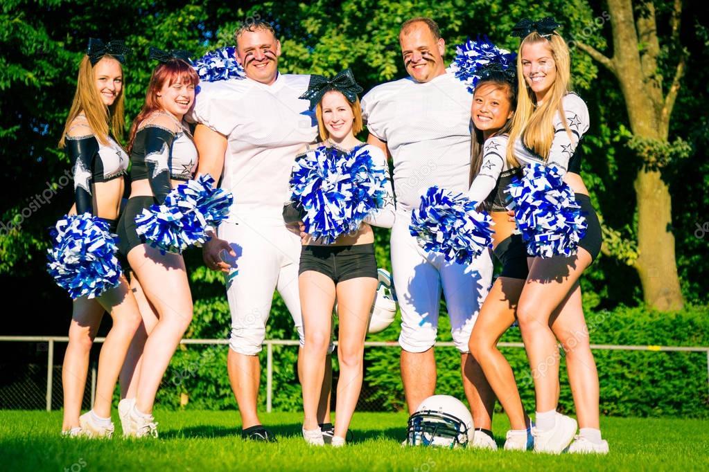 Amerikanische Fußballspieler und Cheerleader — Stockfoto ...