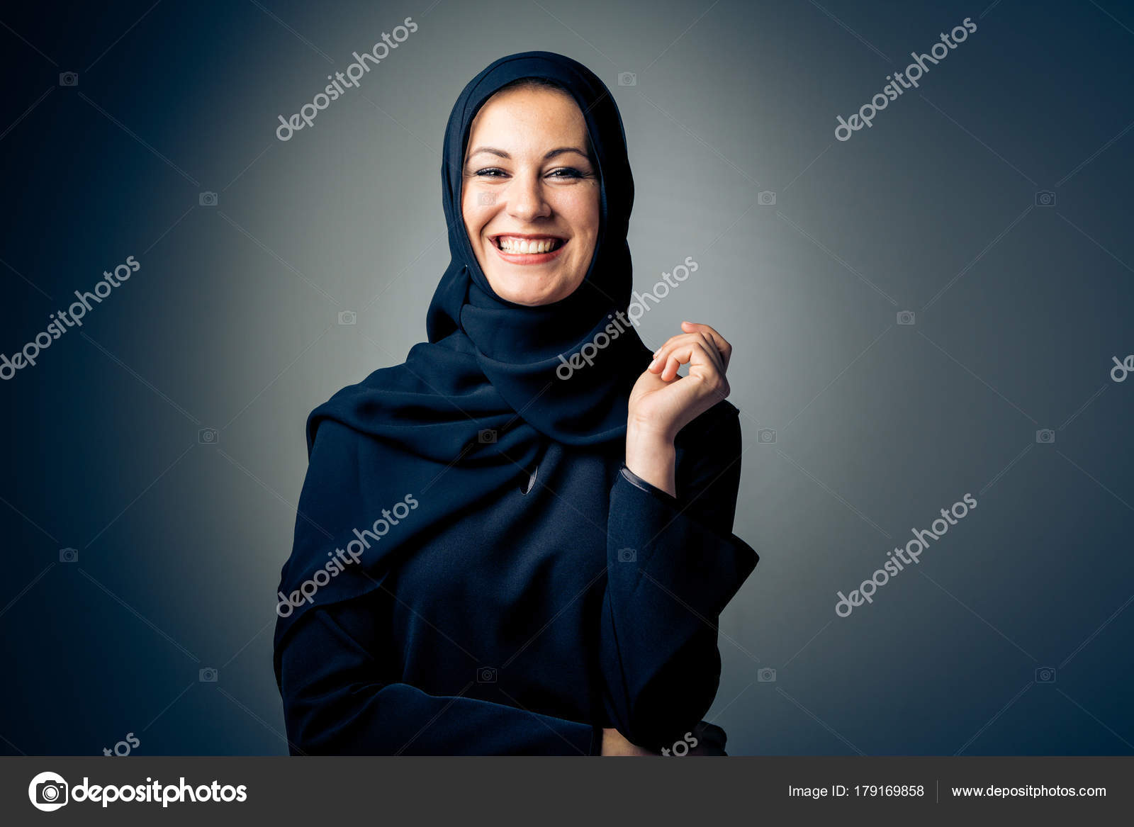 e434c9f95 Mujer joven, usando ropa árabe tradicional — Fotos de Stock ...