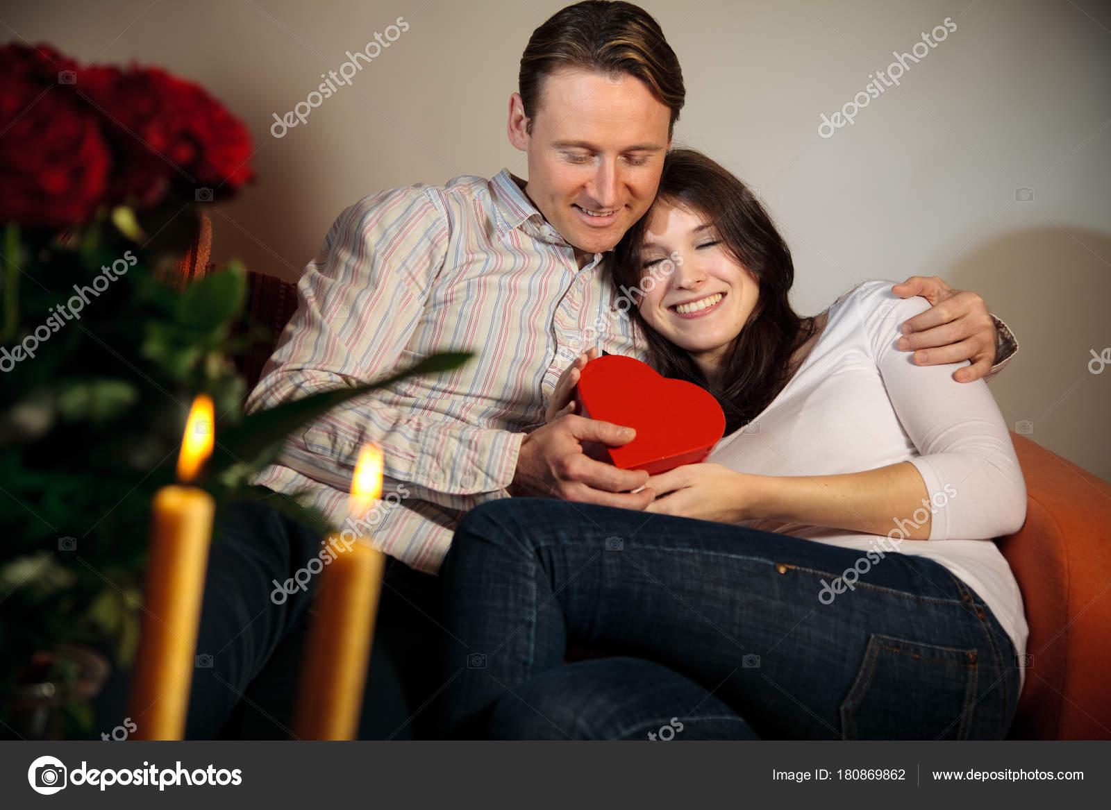 Valentinstag Paar Austausch Von Geschenken Stockfoto C Nullplus