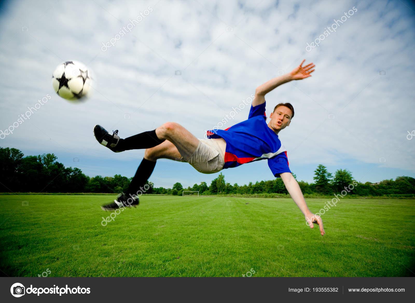 Hombre Jugando Al Futbol Foto De Stock C Nullplus 193555382