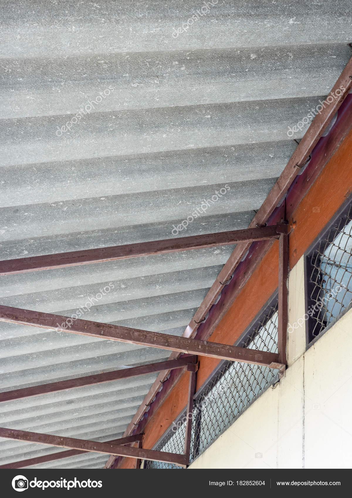 Alten Metallrahmen für das Faser-Zement-Dach — Stockfoto ...