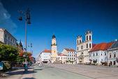 Banská Bystrica, Slovensko - srpen 07, 2015: staré náměstí radnice, orloj a St. Francis Xavier katedrála v Banska Bystrica, Slovensko