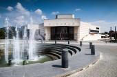 Nitra, Slovensko - 05 srpna, 2015: Hlavní náměstí (Svatoplukovo náměstí) v městě Nitra na Slovensku. Na obrázku - Andreja Bagara divadlo (Divadlo) a fontána.