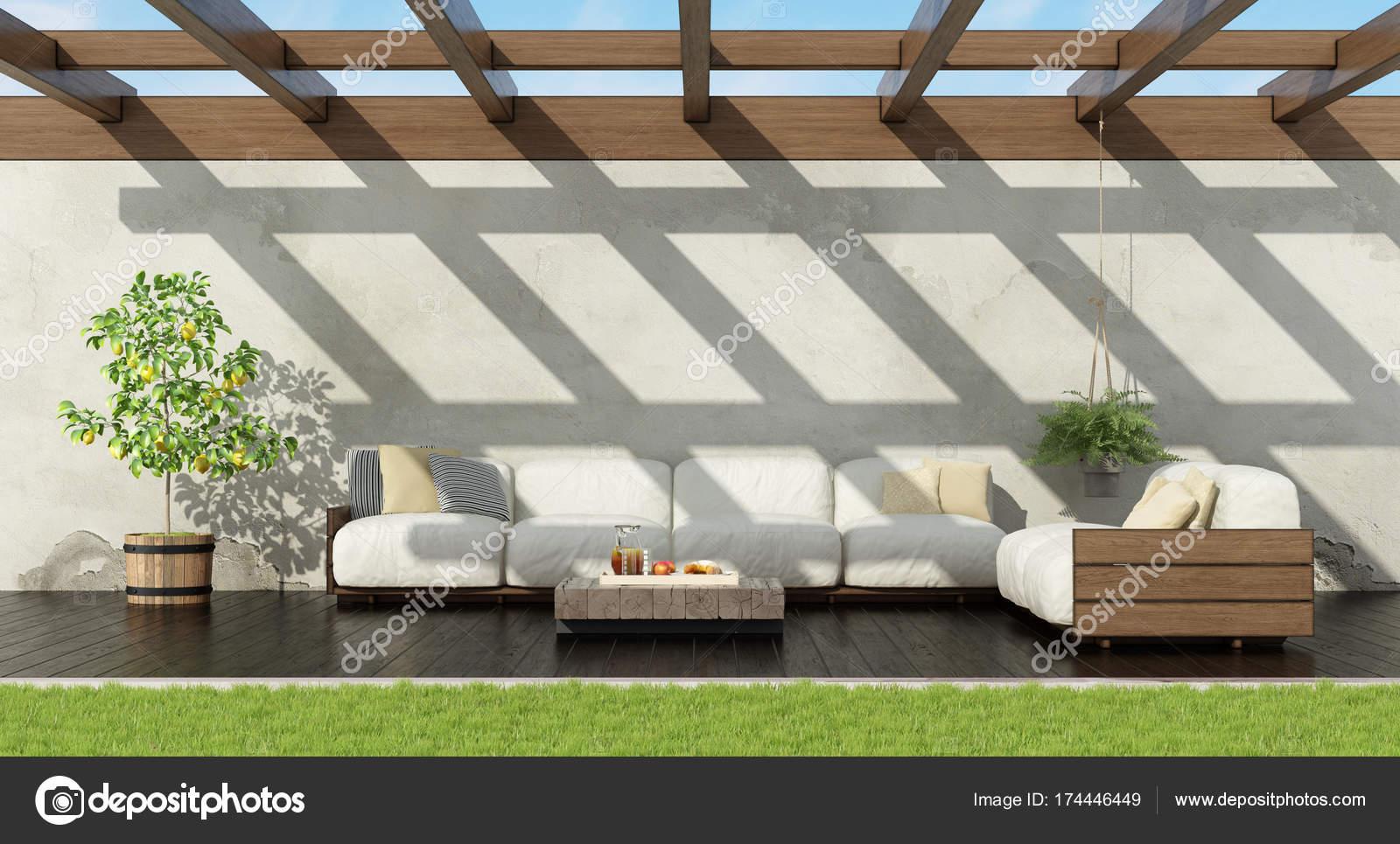 Jardim Com Sofa Branco Da Palete Fotografias De Stock