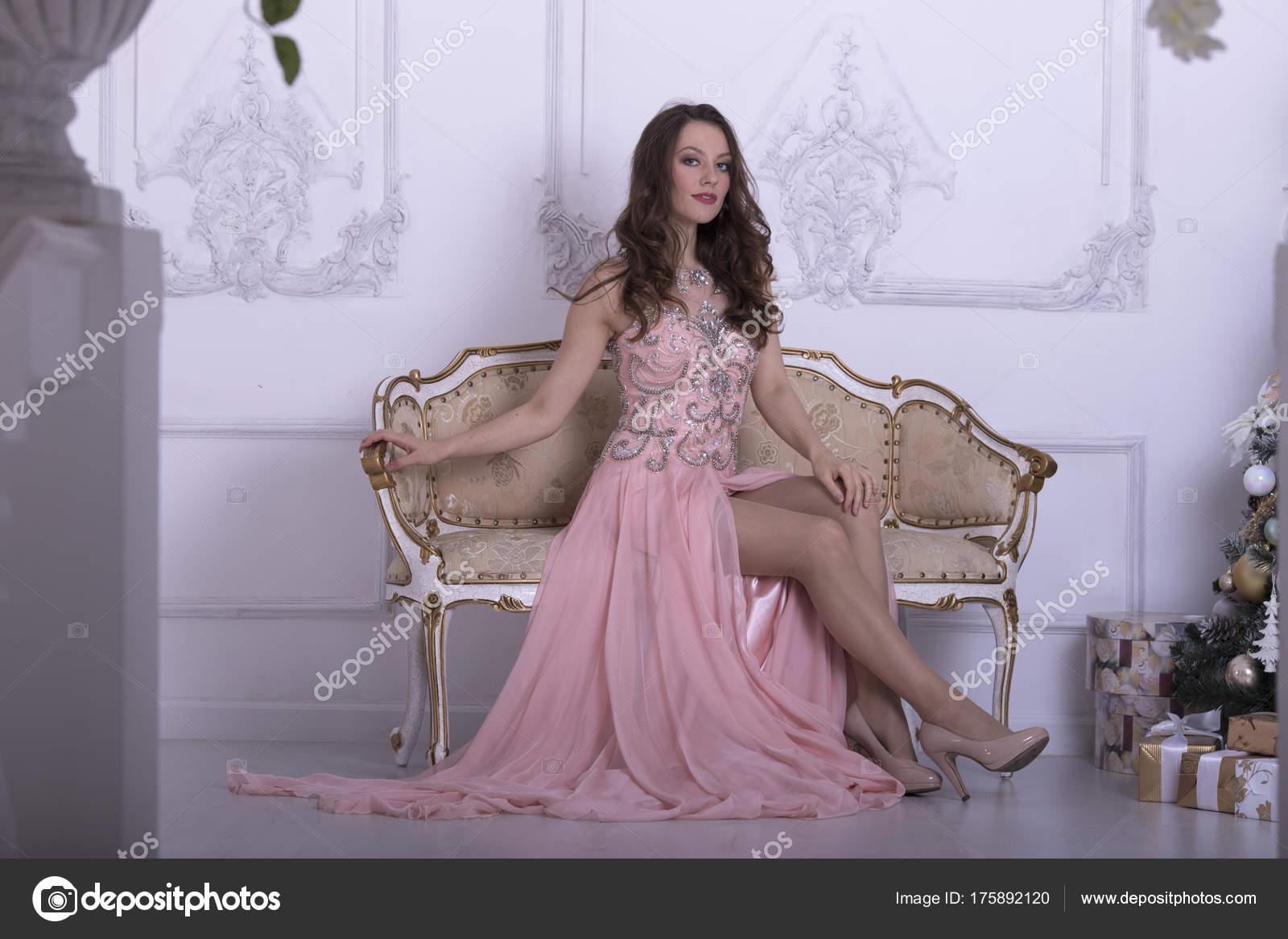 752e2d6cbfcb Κορίτσι Μακριά Ροζ Φόρεμα — Φωτογραφία Αρχείου © igorlitvyak  175892120