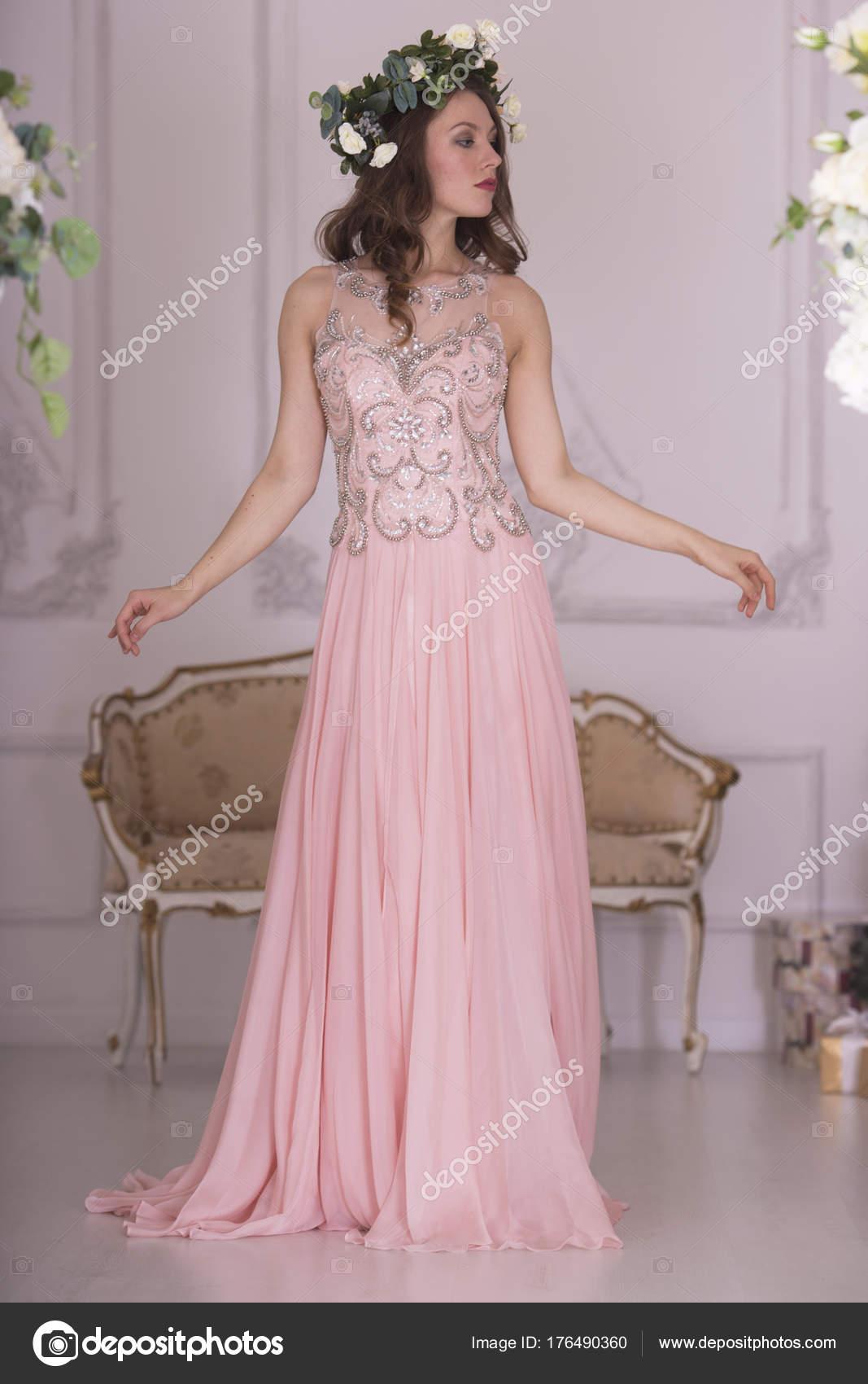 Retrato Muchacha Vestido Rosa — Foto de stock © igorlitvyak #176490360