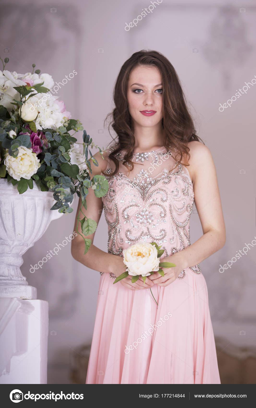 Una Chica Vestido Largo Rosa Con Una Flor Sus Manos — Foto de stock ...