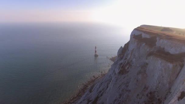 schöner Leuchtturm bei Sonnenuntergang mit weißen Kreidefelsen und dem Meer