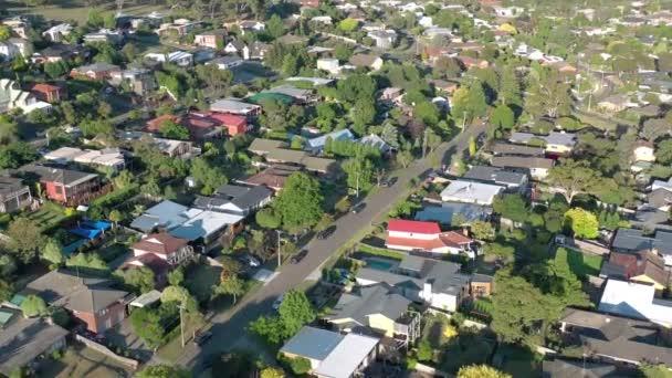 Légi kilátás a házak és a város Geelong, Ausztrália. Egy külvárosi 45 percre a melbourne-i CBD-től. A felvétel azt mutatja, tipikus családi ház épített ausztrál külvárosában napnyugtakor a nyár folyamán.