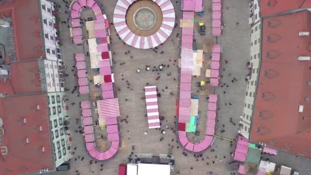 Pohled z ptačí perspektivy na slavnostní vánoční trh ve městě