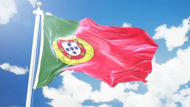 Reális zászlaja Portugália integetett gyorsított felhők háttérrel. Varrat nélküli hurok a 4 k felbontású textúra részletes szövet