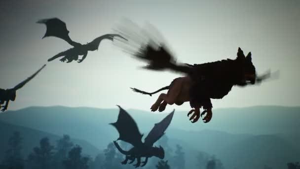 Úžasná magická neobyčejná stvoření létají nad tajemným nočním lesem na pozadí blesků. Animace pro fantazii, beletrii nebo báječné pozadí.